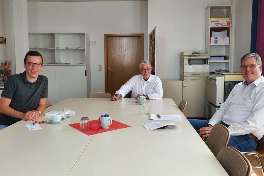 Patrick Krug (l.) und Matthias Weitzel im Gespräch mit Kreishandwerkermeister Giese (Mitte)